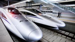 Oficer policji spaceruje przy nowej kolei dużej prędkości, która połączyła Shanghai i Huangzhou w Szanghaju, 26. października. Szybka kolej zaczęła funkcjonować 26 października, skracając czas podróży pomiędzy tymi miastami z 90 do 45 minut.