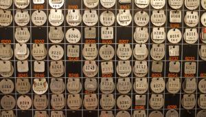 Tablica z numerami identyfikacyjnymi górników pracujących pod ziemią w należącej do KGHM kopalni miedzi Polkowice-Sieroszowice fot. Bartek Sadowski/Bloomberg