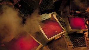 Płynna miedź stygnie w hucie w Głogowie, fot. Bartek Sadowski/Bloomberg
