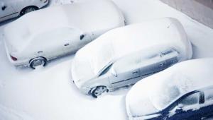 Śnieżyca i tragiczne warunki drogowe w Warszawie - tak określa je rzeczniczka Zarządu Oczyszczania Miasta, Iwona Fryczyńska. Według niej nie ma szans na lepszy stan nawierzchni. Fot. Shutterstock