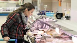 Zamiast mięsa czy ryby firmy pakują do produktów wodę. 15 proc. żywności nie spełnia norm. Dzięki łamaniu przepisów producenci żywności dostają warte miliony zamówienia z hipermarketów, a przyłapani na oszustwie nie ryzykują prawie nic. Średnia kara za zaniżanie jakości produktów to zaledwie 3 tys. zł. Fot. Shutterstock