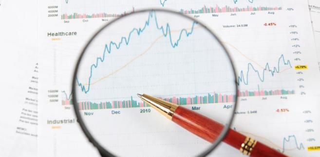 Lupa, wykres giełdowy, analiza.