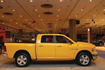 Dodge Ram przejeżdża na 1 galonie paliwa 10-17 mil (miasto-poza miastem)