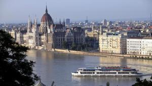 Panorma Budapesztu, z wiodkiem na węgierski parlament. Fot. Bloomberg