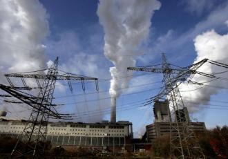 Linie energetyczne przed elektrownią