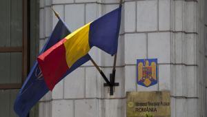 Flagi Rumunii i Nato na budynku ministerstwa finansów, fot. Davin Ellicson/Bloomberg