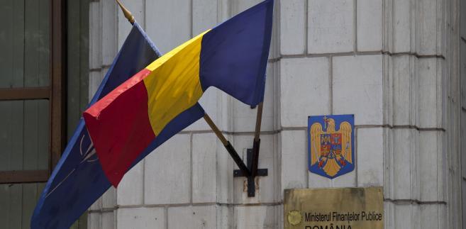 Flagi Rumunii i Nato na budynku ministerstwa finansów