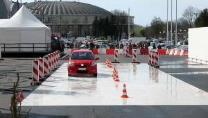 Nauka jazdy - plac manewrowy. fot. Shutterstock