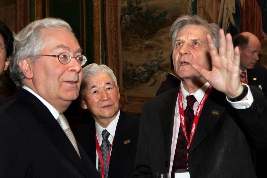 Szef Banku Anglii Mervyn King (po lewej) i prezes EBC Jean-Claude Trichet (po prawej); w tle szef Banku Japonii Toshihiko Fukui
