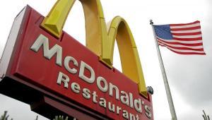 Znak McDonalds przed jedną ze swoich restauracji w Illinois