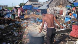 Bieda i głod najczęściej uderza w mieszkańców slumsów. Fot. Bloomberg