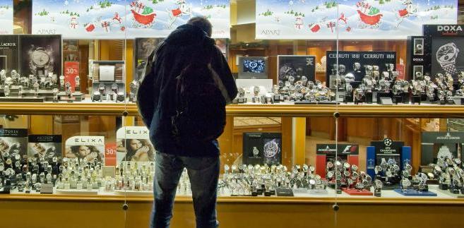 Sprzedaż detaliczna w grudniu może być o ponad 13 proc. wyższa niż przed rokiem - informuje Rzeczpospolita. Najwyższą od połowy 2008 r. dynamikę konsumpcji zawdzięczamy nie tylko świętom, ale także spodziewanej od nowego roku podwyżce podatku VAT - wskazują pytani przez gazetę ekonomiści.