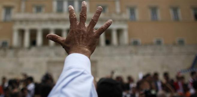 """""""Grecja spojrzy w przeszłość i przeanalizuje dotychczasowe wydarzenia"""" – powiedział w maju premier Grecji Giorgios Papandreu w wywiadzie dla telewizji CNN, jednak 91 proc. Greków uważa, że za kryzys gospodarczy są odpowiedzialni greccy politycy i greckie partie polityczne. Na zdj. gesty protestacyjne podczas demonstracji przed budynkiem Parlamentu Greckiego w Atenach, 5. maja 2010."""