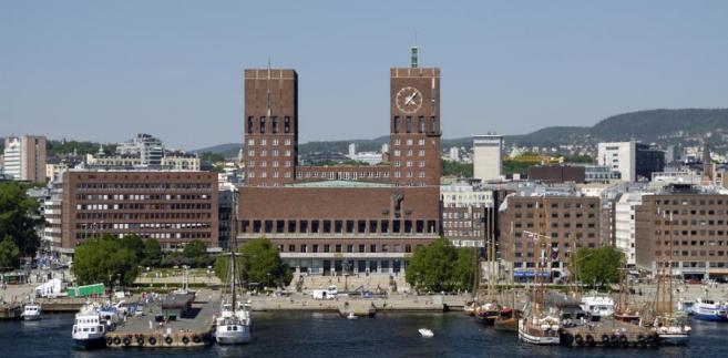 Oslo, stolica Norwegii. Na pierwszym planie ratusz, w którym corocznie przyznaje się pokojową nagrodę Nobla.