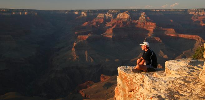 Turysta podziwia Wielki Kanion Kolorado, fot. urosr