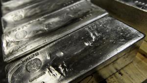 """Według niektórych metale szlachetne to jedyna """"twarda waluta"""". W 2010 r. na palcach jednej ręki można policzyć bardziej rentowne inwestycje niż srebro. Wzrost ceny srebra w dużej mierze wynika z ewakuacji dużych graczy, którzy przez długi czas sztucznie zaniżali ceny."""