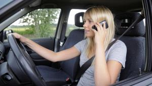Kierowca rozmawiający przez telefon w samochodzie