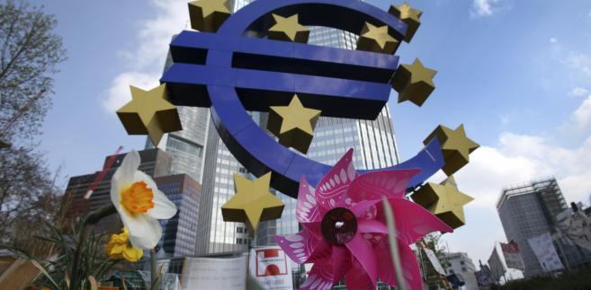 Symbol euro przed siedzibą Europejskiego Banku Centralnego (EBC) we Frankfurcie