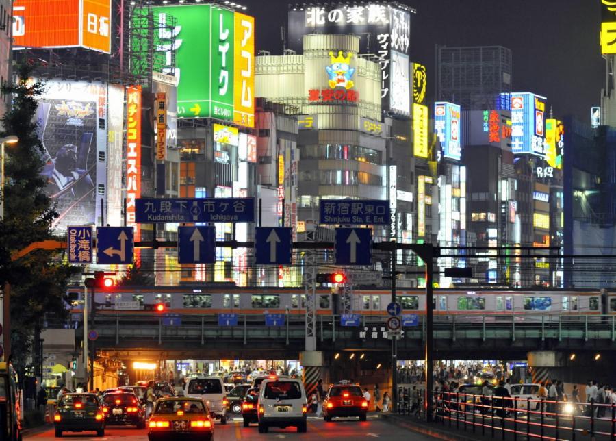 Shinjuku - dzielnica handlowo-rozrywkowa w Tokio. Fot. Bloomberg