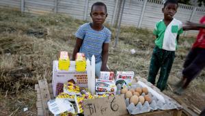 Chłopiec sprzedaje towary w Harare, stolicy Zimbabwe
