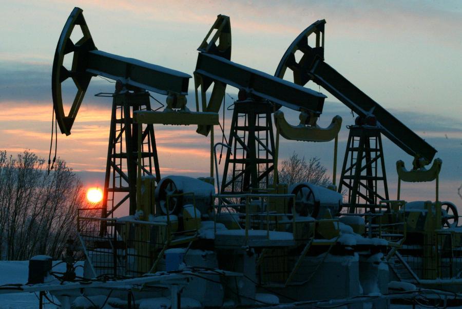 Ropa naftowa tanieje w piątek na rynkach paliw i jest wyceniana najniżej od 6 tygodni