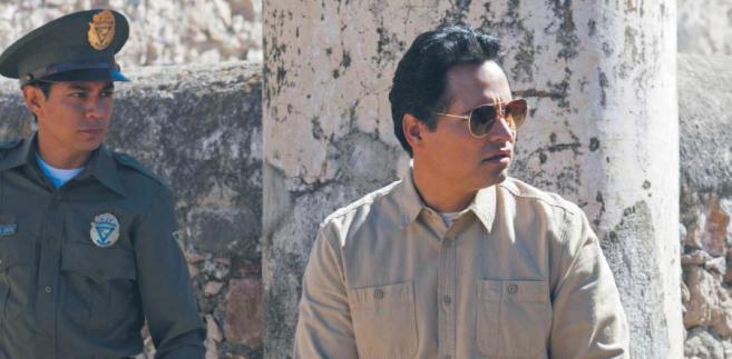 """Michael Peña (po prawej)jako """"Kiki"""" Camarena, agent DEArozpracowujący kartelenarkotykowe w Meksyku fot. Carlos Somonte/Netflix"""