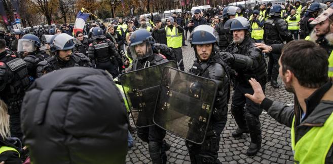 "Policja i protestujący we Francji, tzw. ""żółte kamizelki"". Fot. EPA/CHRISTOPHE PETIT TESSON"