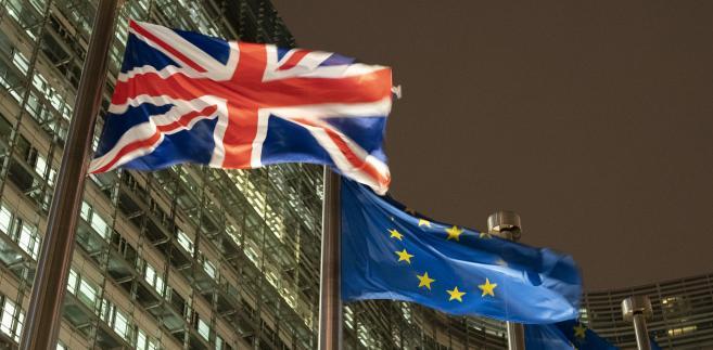Flagi Wielkiej Brytanii i Unii Europejskiej powiewają przed budynkiem Komisji Europejskiej