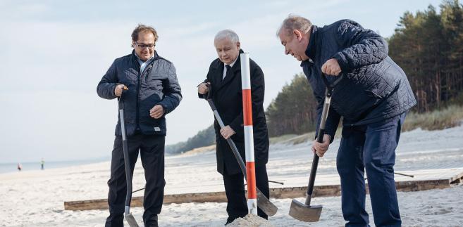 Prezes PiS wkopuje słupek w miejscu przyszłego przekopu przez Mierzeję.