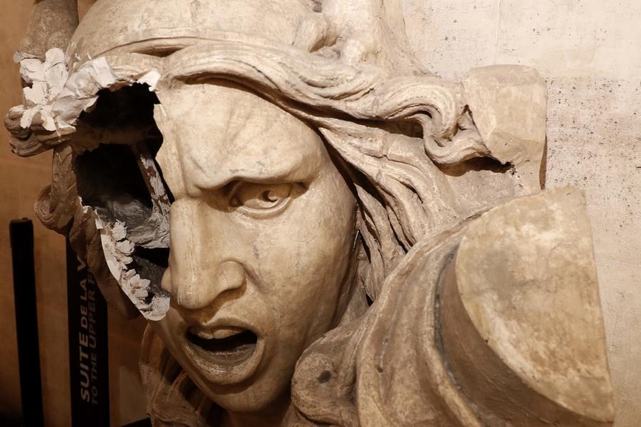 Zniszczony symbol Francji - Marianna. Rzeźba jest elementem Łuku Triumfalnego. 1.12.2018, Paryż, Francja