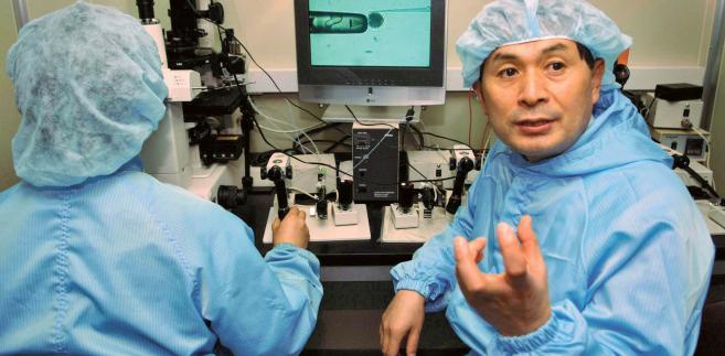 Koreańczyk Hwang Wu-suk w 2004 r. ogłosił, ze jako pierwszemu na świecie udało mu się sklonować ludzki embrion, a następnie wyprodukować zen komórki macierzyste