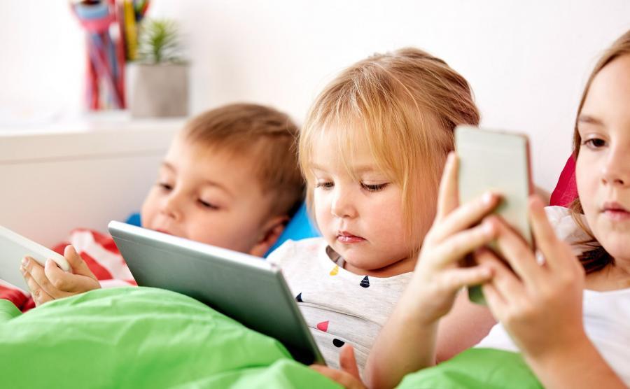 Dzieci ze smartfonami i tabletem