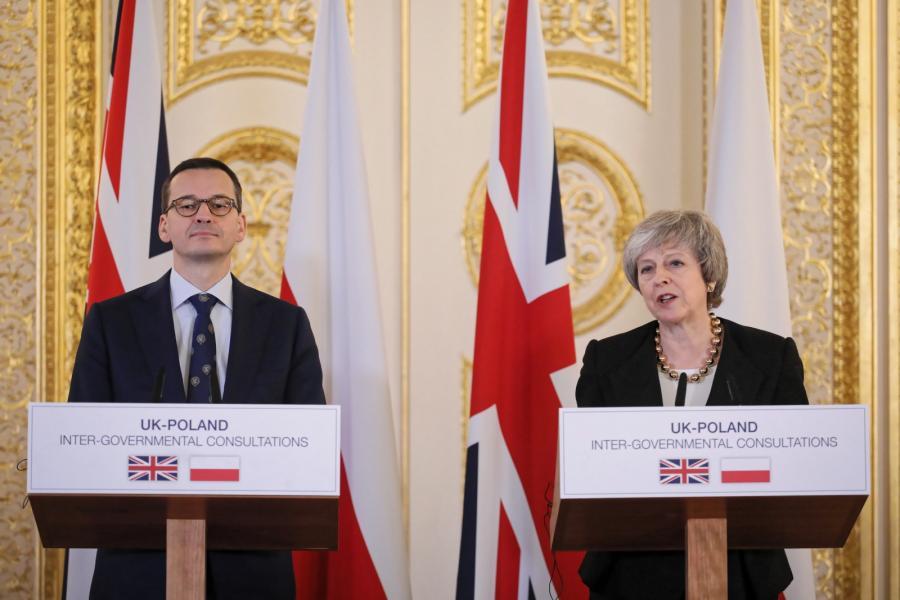 Londyn, Wielka Brytania, 20.12.2018. Premier RP Mateusz Morawiecki (L) oraz premier Zjednoczonego Królestwa Wielkiej Brytanii i Irlandii Północnej Theresa May (P) podczas konferencji prasowej w Londynie, 20 bm. Premierzy Polski i Wielkiej Brytanii wzięli udział w konsultacjach międzyrządowych, głównym tematem rozmów był Brexit oraz przyszła współpraca w ramach NATO. (sko) PAP/Paweł Supernak