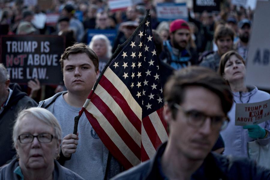 Uczestnik demonstracji na rzecz odrzucenia udziału pełniącego obowiązku prokuratora generalnego Matthew Whitakera w nadzorze nad specjalnym prokuratorem Robertem Muellerem