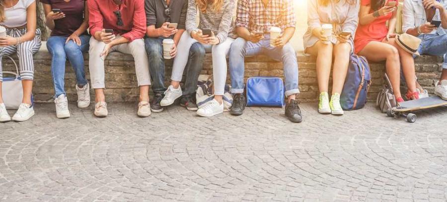 Młodzi ludzie telefony smartfony