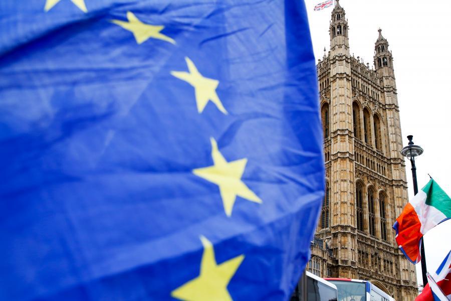 Flaga Unii Europejskiej pod brytyjskim parlamentem, Londyn, Wielka Brytania. 15.01.2019