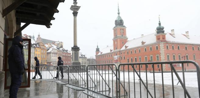 Konferencja bliskowschodnia. Barierki i patrole policji na Placu Zamkowym w Warszawie