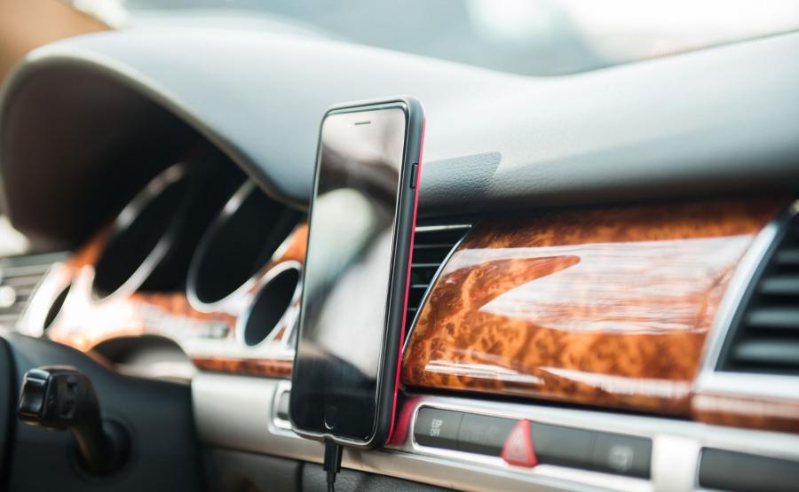 Smartfon w samochodzie