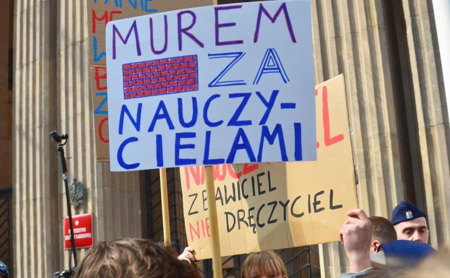 Manifestacja uczniów wspierających strajkujących nauczycieli, przed siedzibą MEN