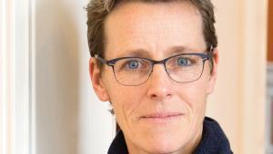 """Kate Brown profesor historii na Wydziale Nauki, Technologii i Socjologii Massachusetts Institute of Technology. Autorka książek """"Kresy. Biografia krainy, której nie ma"""", """"Plutopia. Atomowe miasta i nieznane katastrofy nuklearne"""", """"Czarnobyl. Instrukcje przetrwania"""" fot. Annette Hornischer /American Academy in Berlin/MIT"""