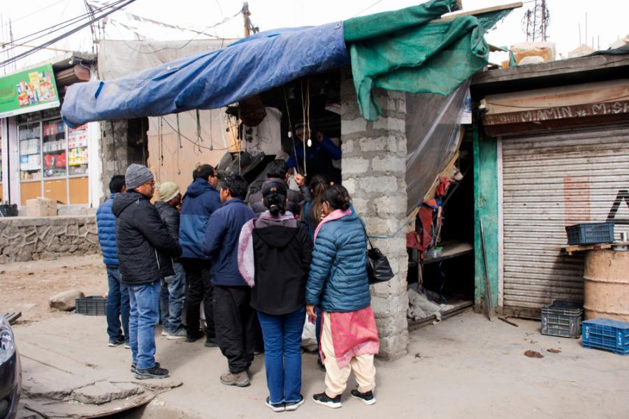 Kaszmir, ludzie z Indii i Tybetu kupują warzywa na lokalnym rynku w wiosce Leh Ladakh. Marzec 2019  fot. Anirut Thailand