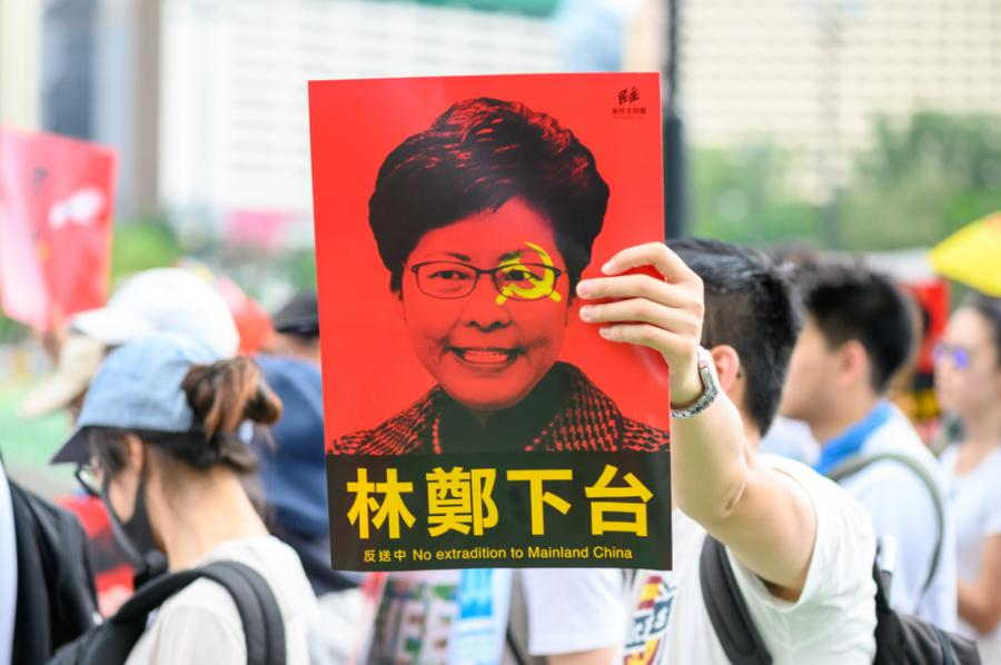 """Protesty w Hongkongu. Na plakacie zdjęcie szefowej władz, Carrie Lam, z apelem """"Carrie Lam, ustąp!"""""""